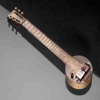 Quel marque produisait la première guitare électrique ?
