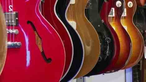 Quand la guitare électrique S'est-elle popularisée ?