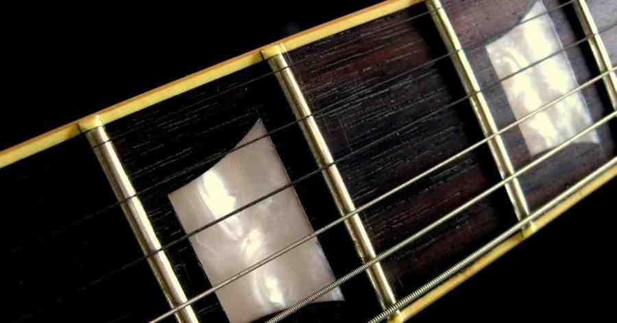 Quel est le matériel le plus commun utilisé pour la fabrication des cordes de la guitare classique ?